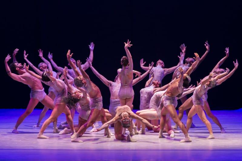 foto mostra bailarinos no palco do Teatro Guaíra