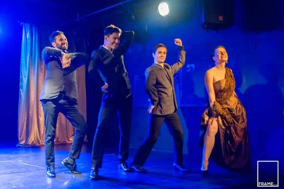 foto mostra alunos em cena no palco