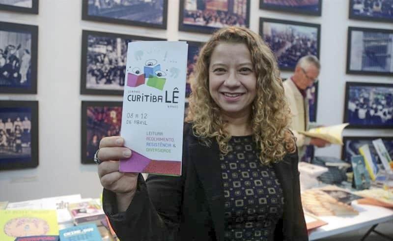 foto mostra Mariane Torres, coordenadora do programa Curitiba Lê