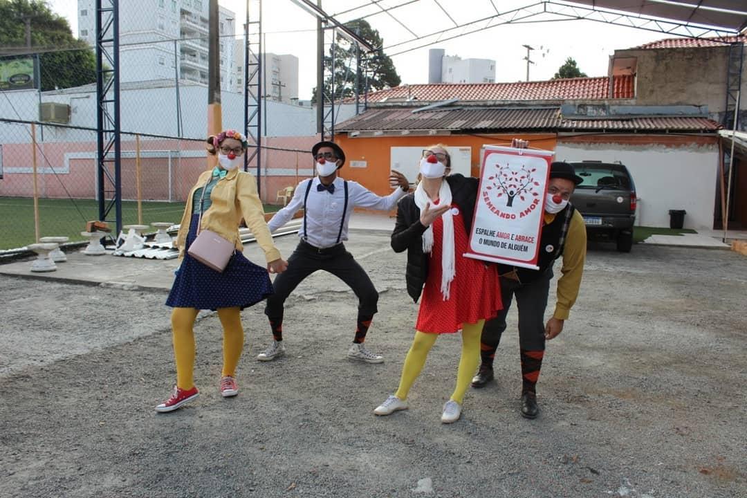 foto mostra os integrantes do grupo Semeando Amor