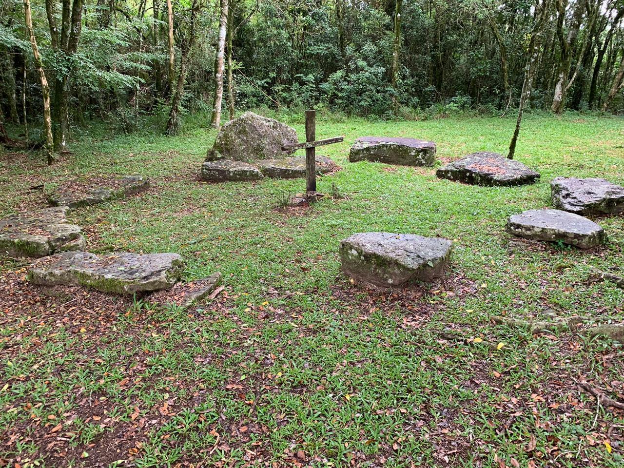 foto mostra uma sepultura da época