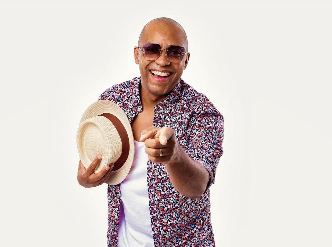 foto mostra o cantor Salgadinho de óculos escuros e chapéu na mão